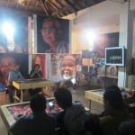 Budayawan Taufik Rahzen (depan kanan) menjadi pemantik diskusi dalam Jagongan Solo Slow City di Galeri Pakem, Pasar Kembang lantai II Kamis (13/7/2016). malam. (Chrisna Chanis Cara/JIBI/Solopos)