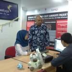 Kepala Kantor Perwakilan Bursa Efek Indonesia (BEI) DIY Irfan Noor Riza (berdiri) ketika menjelaskan mengenai amnesti pajak di Help Desk Amnesti Pajak yang baru diresmikan di KP BEI DIY, Jogja, Senin (25/7/2016). (Kusnul Isti Qomah/JIBI/Harian Jogja)