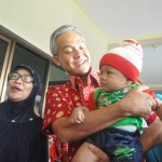 Gubernur Ganjar Pranowo, menggendong salah satu bayi yang sedang ikut ibunya antre layanan KB di Rumah Sakit Natalia Boyolali, Rabu (10/8/2016). (Hijriyah Al Wakhidah/JIBI/Solopos)