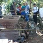 Petugas Balai Pelestarian Cagar Budaya (BPCB) Jateng mengidentifikasi yoni di Pucangan, Kartasura, Sukoharjo, Jateng, Kamis (18/8/2016). (Iskandar/JIBI/Solopos)