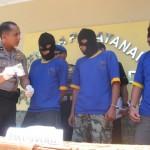 Wakapolres Sukoharjo, Kompol Andhika Bayu (kiri) menunjukkan barang bukti berupa paket sabu-sabu dihadapan ketiga tersangka pengguna dan pengedar sabu di Polres Sukoharjo, Selasa (23/8/2016). (Trianto Hery Suryono/JIBI/Solopos)
