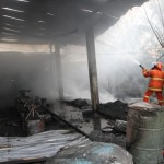 Petugas Pemadam kebakaran Solo dan Bakorwil II memadamkan api yang membakar pabrik sangkar burung di kampung Mertoudan, Rt007, Rw009 Mojosongo, Solo, Kamis (25/8/2016). Api segera dapat dikuasai petugas sehingga tidak menjalar ke tempat lain. (Sunaryo Haryo Bayu/JIBI/Solopos)