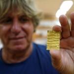 Arkeolog Miomir Korac memamerkan emas bertulis bahasa aram. (Istimewa/theguardian.com)