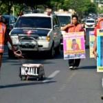 Aktivis lingkungan pendukung Kafe Jamban berjalan sambil membawa poster dan menyeret jamban saat mengawali aksi simpatik Walk for Toilet, di Semarang, Jateng, Senin (1/8/2016). (JIBI/Solopos/Antara/R. Rekotomo)