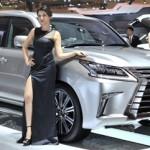 Model berfoto di samping Lexus LX dalam event Gaikindo Indonesia International Auto Show (GIIAS). Lexus RX menjadi market leader di kelasnya dengan meraih pangsa pasar 59% nasional. Foto diambil belum lama ini. (Shoqib Angriawan/JIBI/Solopos)