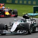 Nico Rosberg dibuntuti Daniel Ricciardo di GP Belgia. (REUTERS/Yves Herman)