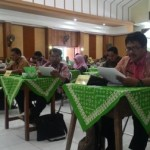 Sejumlah guru peserta OSN 2016 Tingkat Provinsi mengerjakan soal-soal tes tertulis di SMKN 8 Solo, Rabu (24/8/2016). (Septhia Ryanthie/JIBI/Solopos)