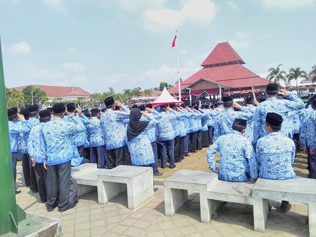 2 PNS duduk-duduk saat Upacara hari ulang tahun (HUT) ke-71 Kemerdekaan Republik Indonesia di Alun-Alun Boyolali, Rabu (17/8/2016). (Aries Susanto/JIBI/Solopos)