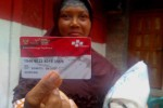 -Warga Desa Cerme, Kecamatan Panjatan, Kulonprogo bernama Muryani menunjukkan kartu keluarga sejahtera miliknya yang digunakan untuk transaksi nontunai di elektronik warung gotong royong (e-warong) Kelompok Usaha Bersama (KUBE) Program Keluarga Harapan (PKH) di Dusun V, Desa Krembangan, Kecamatan Panjatan, Kulonprogo,Jumat (26/8/2016).(Rima Sekarani I.N./JIBI/Harian Jogja)