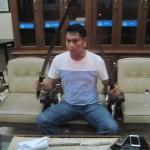 Kapolres Klaten, AKBP Faizal, menunjukkan senjata tajam yang disita saat aksi penyerangan pada Senin (29/8/2016) malam. Massa menyerang kawasan Dukuh Ngeseng, Desa Jambukulon, Kecamatan Ceper pada Senin malam. (Taufiq Sidik/JIBI/Solopos)