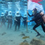 Prajurit Kodim 0723/Klaten dan Polres Klaten dipandu operator Umbul Ponggok melakukan persiapan sebelum menggelar upacara di dasar umbul, Selasa (16/8/2016). (Istimewa)