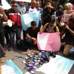 Puluhan wartawan Soloraya, Selasa (16/8/2016) menggelar aksi protes tindak kekerasan oknum anggota TNI di Medan. (Arif Fajar S/JIBI/Solopos)