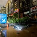 Satu unit mobil terendam banjir di areal parkir pertokoan di kawasan Kemang, Jakarta, Minggu (28/8/2016) dini hari. Curah hujan yang tinggi serta meluapnya Kali Krukut menyebabkan kawasan tersebut dilanda banjir setingginya 70 cm hingga 1 meter. (JIBI/Solopos/Antara/Ali Qital)