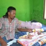 Sri Rejeki, 37, memberi minum susu bayinya yang menderita benjolan daging di bagian punggungnya di rumahnya di Dusun Kuncen, Desa Waru, Kecamatan Baki, Selasa (2/8/2016). (Bony Eko Wicaksono/JIBI/Solopos)