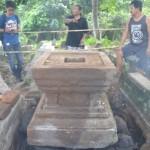 Sejumlah warga RT 003/RW 013, Dusun Sraten, Desa Pucangan, Kecamatan Kartasura, menunjukkan benda kuno yang ditemukan di makan dusun setempat, Senin (15/8/2016). (Bony Eko Wicaksono/JIBI/Solopos)