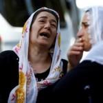 Wanita menangis saat menunggu di depan ruang jenazah sebuah rumah sakit di Gaziantep, Turki, Minggu (21/8/2016), setelah bom bunuh diri yang menyasar pesta pernikahan, Sabtu (20/8/2016). (JIBI/Solopos/Reuters/Osman Orsal)