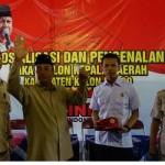 Budiono mendapatan kartu tanda anggota (KTA) dalam acara sosialisasi yang dilakukan di Pengasih, Jumat (19/8/2016). (Harian Jogja/ Sekar Langit Nariswari)