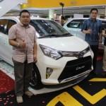 Tiga Branch Manager Nasmoco Soloraya, Afi Prabowo (paling kiri), Hendra Tjandrawan (tengah), dan Hariyanto, berfoto di samping All New Calya dalam peluncuran di Solo Grand Mall (SGM), Jumat (19/8/2016) siang. (Shoqib Angriawan/JIBI/Solopos)