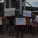 Sejumlah warga RT 003 dan RT 004/RW 001, Dusun Gambiran, Desa Cemani, Kecamatan Grogol membentangkan spanduk dan poster berisi protes pendirian tower milik Smartfren di desa setempat, Kamis (25/8/2016). (Bony Eko Wicaksono/JIBI/Solopos)