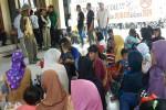 Suasana aksi warga Dusun Kendangan di Balai Desa Caturharjo, Sleman, Selasa (9/8/2016). (Sunartono/JIBI/Harian Jogja)
