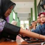 Petugas medis memeriksa tekanan darah warga yang hadir saat digelar bakti sosial pengobatan gratis oleh Djarum Foundation di halaman SMA Nahdlatul Ulama (NU), Jl. dr. Wahidin Sudiro Husodo, Kota Tegal, Sabtu (13/8/2016). (JIBI/Semarangpos.com/ Istimewa)