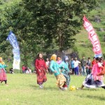 Sejumlah ibu-ibu mengenakan kebaya dan sarung berebut bola saat mengikuti pertandingan futsal antar dukuh di Lapangan Desa Ngargoyoso, Minggu (14/8/2016). Kegiatan itu diselenggarakan untuk memeriahkan peringatan Hari Kemerdekaan RI, 17 Agustus. (Sri Sumi Handayani/JIBI/Solopos)