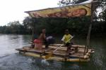 Warga menyebrangi sungai Oya di Dusun Jelok Desa Beji, Patuk, Gunungkidul dengan Gethek dayung. Gethek tersebut menjadi alternatif transportasi selama jembatan yang menjadi satu-satunya akses dalam masa perbaikan, Kamis (25/8/2016). (Mayang Nova Lestari/JIBI/Harian Jogja)
