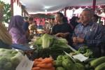 Suharsono didampingi Ketua Dewan Pengurus Wilayah (DPW) Asosiasi Pedagang Pasar Seluruh Indonesia (APPSI) DIY GKR Mangkubumi saat mengunjungi stand-stand pedagang pasar, dalam acara Grebek Pasar di halaman Kantor Pengelola Pasar Bantul, Kamis (11/8/2016). (Yudho Priambodo/JIBI/Harian Jogja)