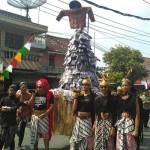 MERTI DUSUN : Warga Manding Arak Gunungan Sepatu