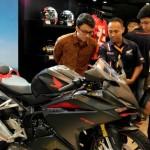 Pengunjung melihat-lihat jajaran produk premium sepeda motor Honda pada pameran GIIAS 2016 (11-21/8). AHM mengusung booth dengan konsep premium lounge modern yang mengantarkannya sebagai booth terfavorit dalam kategori Non-APM 50-99 sqm. (Istimewa)