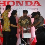 Suasana pengundian mobil Honda BRV yang digelar Honda Regional Jateng-DIY di Java Supermall, Semarang, Kamis (18/8/2016). Pengundian ini Honda BRV berhasil dimenangkan oleh pembeli Mobilio pada Juni 2016 asal Magelang, Santi Irawati. (Imam Yuda Saputra/JIBI/Semarangpos.com)