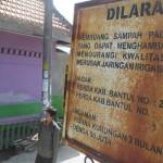 Sebuah papan larangan merusak saluran irigasi terpasang tepat di sebelah rumah yang berdiri tepat di atas saluran irigasi, Selasa (Irwan A. Syambudi/JIBI/Harian Jogja)