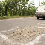 Sebuah kendaraan menghindari lubang jalan di Desa Plesan, Kecamatan Nguter, Kabupaten Sukoharjo, Kamis (4/8/2016). (Trianto Hery Suryono/JIBI/Solopos)