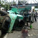 Alat berat forklip terjatuh di Jl. Juanda, Jebres, Solo, setelah menyangkut portal jembatan kereta api, Jurug, Senin (22/8/2016). (Muhammad Ismail/JIBI/Solopos)