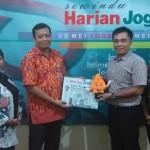 Ketua KPU Jogja, Wawan Budiyanto menyerahkan maskot Pemilihan Walikota (Pilwalkot) Jogja kepada Pemimpin Redaksi Harian Jogja, Anton Wahyu Prihartono (Mediani Dyah Natalia/JIBI/Harian Jogja)
