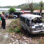 Dua personel polisi mendata peristiwa kecelakaan lalu lintas di Jalan Raya Tawangsari-Wonogiri tepatnya di Desa Kunden, Kecamatan Bulu, Kabupaten Sukoharjo, Minggu (7/8/2016). Lakalantas dua mobil mengakibatkan dua mobil ringsek. (Trianto Hery Suryono/JIBI/Solopos)