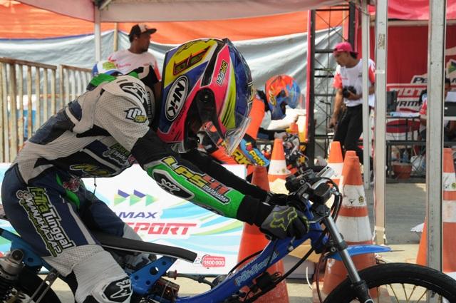 Dua pembalap motor memulai start dalam ajang Pertamax Motorsport Drag Bike Championship 2016, yang digelar di Komplek Pemkab Boyolali, di Kemiri, Mojosongo, Minggu (28/8/2016). (Hijriyah Al Wakhidah/JIBI/Solopos)