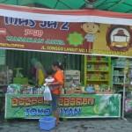 Karyawan Diyan Swalayan melayani konsumen di emperan toko pascapenyegelan toko modern dan minimarket oleh Pemkab Sukoharjo, Jumat (5/8/2016). (Bony Eko Wicaksono/JIBI/Solopos)