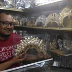 MUBENG BERINGHARJO : Penjual Pakaian Adat Laris Manis