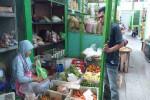 Wakijem (kiri) ketika sedang melayani pembeli di Pasar Kranggan, Jogja, Senin (8/8/2016). (Kusnul Isti Qomah/JIBI/Harian Jogja)