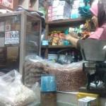Yani ketika melayani pembeli di Pasar Beringharjo, Jogja. (Kusnul Isti Qomah/JIBI/Harian Jogja)
