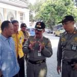Ketua Takmir Masjid Al Falah Sragen Kusnadi Ikhwani (kiri) berdialog dengan petugas Satpol PP dan Disdag Sragen terkait dengan penataan PKL di seputaran Masjid Raya Al Falah Sragen, Kamis (25/8/2016). (Istimewa)