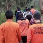 Para sukarelawan tanggap bencana mengevakuasi pendaki asal Tanjung Anom RT 003/RW 005, Sukoharjo, Lestari, 39, yang pingsan saat mendaki lewat jalur Cemoro Kandang, Rabu (17/8/2016). (Istimewa)