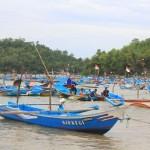 Ratusan perahu nelayan di Pacitan hanya terparkir di dermaga saat terjadi gelombang tinggi. (Abdul Jalil/JIBI/Madiunpos.com)