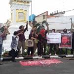 Aliansi Jurnalis Indonesia (AJI) Jogja dan jejaring masyarakat sipil menggelar pentas budaya untuk memperingati 20 tahun kematian wartawan Fuad Muhammad Syafrudin di Tugu Jogja, Selasa (16/8/2016). (Ujang Hasanudin/JIBI/Harian Jogja)