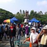 Pengunjung memadati kawasan di utara patung Manahan saat kegiatan Sunday Market, Minggu (28/8/2016). (Irawan Sapto Adhi/JIBI/Solopos)