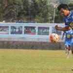 Striker PSIS Semarang, Hari Nur Yulianto (kanan), berusaha melewati pengawalan pemain PPSM Magelang pada laga lanjutan Grup 4 ISC B 2016 di Stadion Jatidiri, Semarang, Sabtu (27/8/2016). Dalam laga itu, PSIS tampil sebagai pemenang dengan skor 1-0. (Imam Yuda Saputra/JIBI/Semarangpos.com)