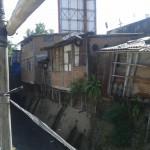 Sejumlah bangunan di Kelurahan Tipes dan Kelurahan Serengan, Serengan, Solo yang menjorok hingga ke arah kali Makam Bergolo, Rabu (24/8/2016) pagi. (Irawan Sapto Adhi/JIBI/Solopos)
