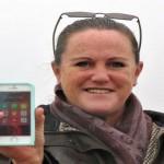 Wanita ini menunjukkan Iphone-nya yang sempat tenggelam di Selat Inggris, tapi ditemukan dalam keadaan baik-baik saja. (Istimewa)