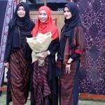 Desainer sekaligus salah satu owner dari Sogan Batik Iffah M Dewi (tengah) ketika berfoto bersama model yang memeragakan koleksi busana bertema Jaziratul Muluk yang baru saja diluncurkan di Sogan Batik, Sariharjo, Ngaglik, Sleman, Senin (22/8/2016). (Kusnul Isti Qomah/Harian Jogja)